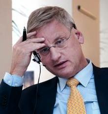 Carl Bildt tar sig för pannan