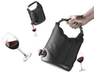 Vinglas och en väska för bag-in-box-vin